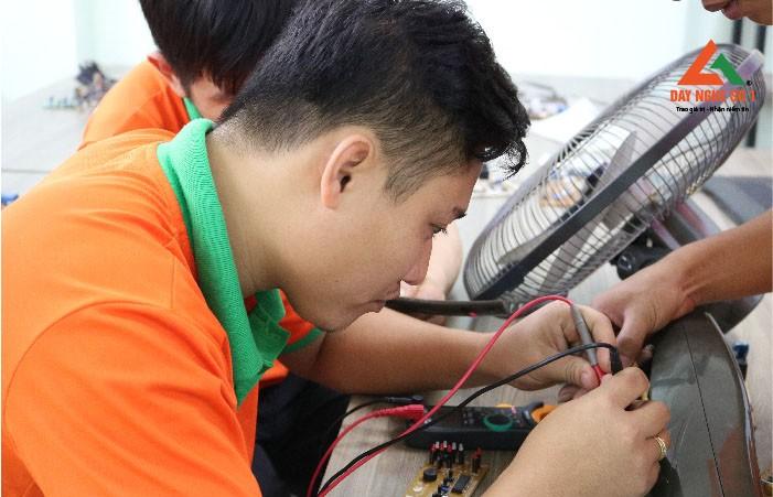 Học viên thực hành sửa quạt điện